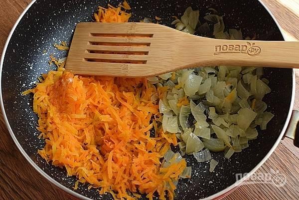 Морковь натрите на мелкой терке, лук измельчите, пассеруйте до мягкости на разогретом растительном масле. Добавьте в суп, варите 5 минут.