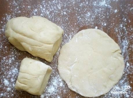 После этого обомните тесто. Раскатайте его в колбаску и нарежьте на части. Каждую раскатайте в лепёшку.