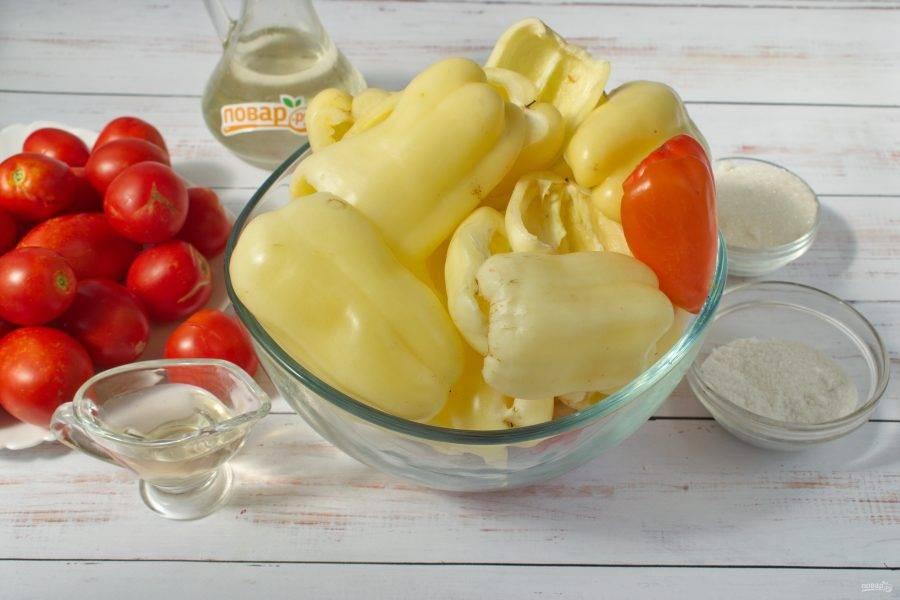 Перец и помидоры вымойте. Перец разрежьте вдоль пополам, удалите семена. Разрежьте еще на половинки.