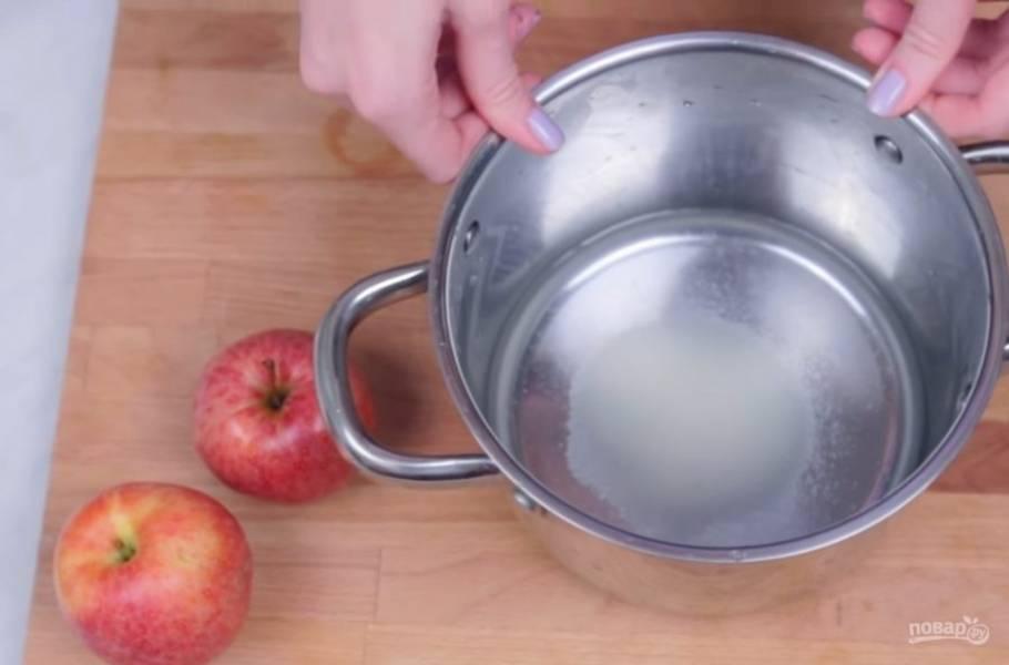 1. Приготовьте сахарный сироп: сахар смешайте с водой и доведите до кипения. Опустите в сироп яблоки, очищенные от сердцевинки и нарезанные тонкими дольками.