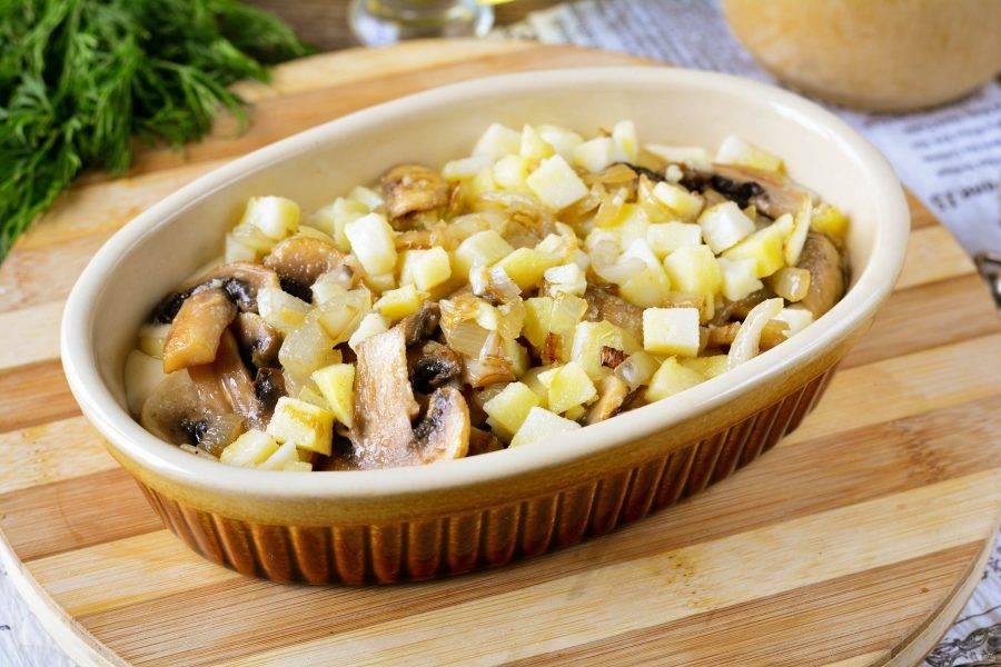 Форму для запекания смажьте маслом, на дно налейте треть теста, сверху выложите картофельно-грибную начинку.