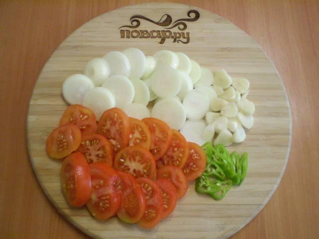 Порежьте кружочками помидор, лук и перец горький.