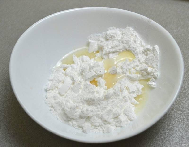 Для приготовления лимонной сахарной глазури разведите сахарную пудру двумя ст. ложками лимонного сока.