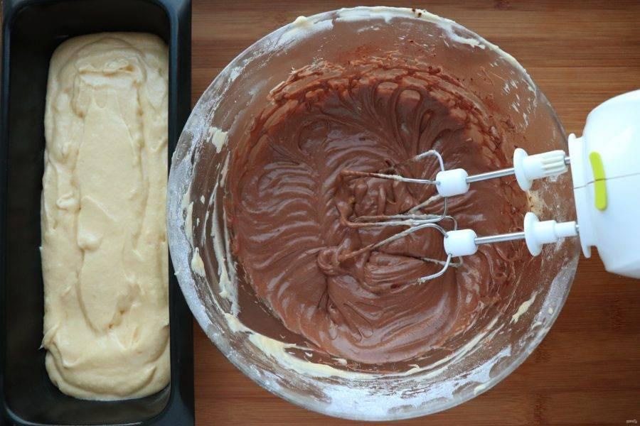 Форму для выпечки смажьте маслом и выложите в нее 2/3 теста. В оставшуюся часть теста добавьте нутеллу. Нутелла должна быть комнатной температуры.
