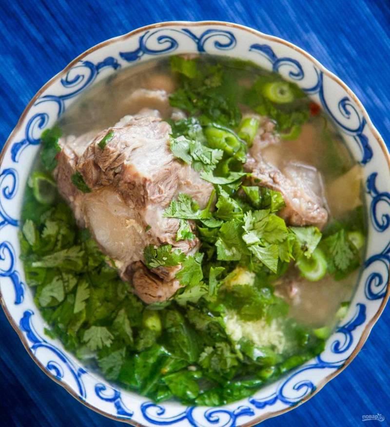 6. Перед подачей можно еще посыпать свежей зеленью. Подавайте только в горячем виде, поскольку при остывании суп быстро будет покрываться жиром.