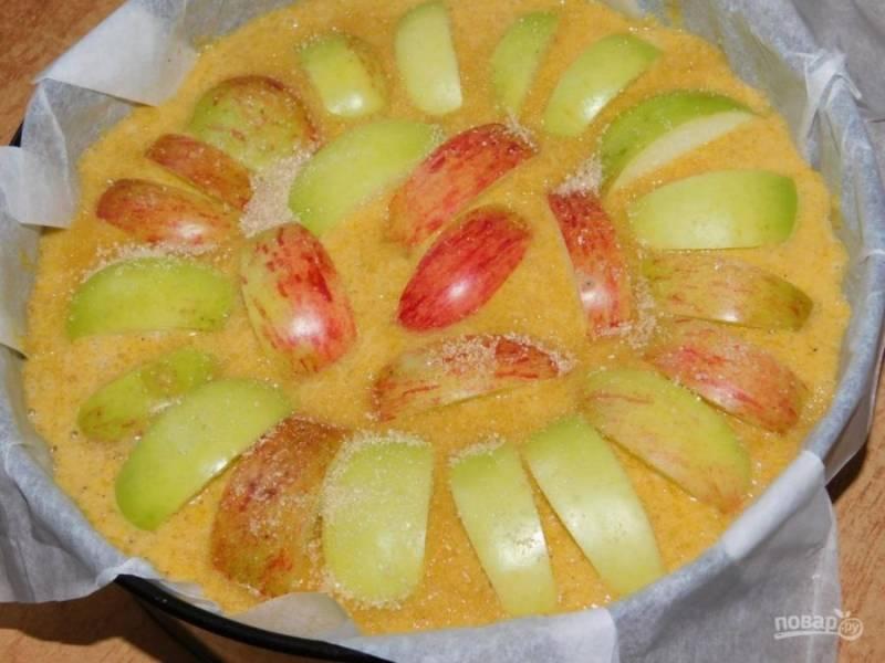 Вмешайте в тесто тыквенное пюре. Вылейте тесто в форму для запекания. Сверху выложите нарезанные яблоки. Поставьте в духовку, разогретую до 180 градусов минут на 50-60.