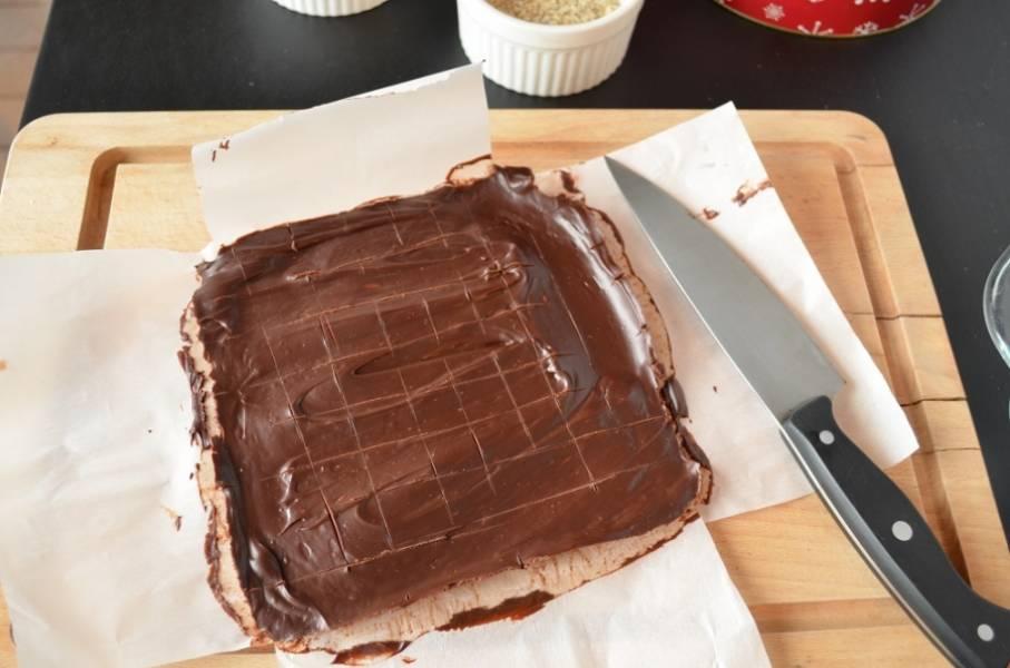 1. Приготовьте два больших листа пергаментной бумаги, сложите крест накрест и сбрызните маслом. Весь шоколад растопите на водяной бане или в микроволновке так, чтобы не осталось комочков. Сливки слегка прогрейте, добавьте сироп, ванилин и мелкую соль, перемешайте. Вылейте сливки на растопленный шоколад, затем введите масло. Перемешайте. Вылейте смесь на приготовленную бумагу. Пусть остынет при комнатной температуре в течение двух часов, затем отправьте еще на два часа в холодильник.