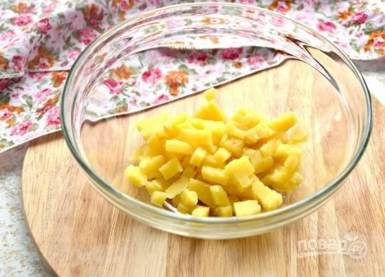 1. Овощи нужно заранее отварить и остудить. Картофель очистите и нарежьте маленькими кубиками.