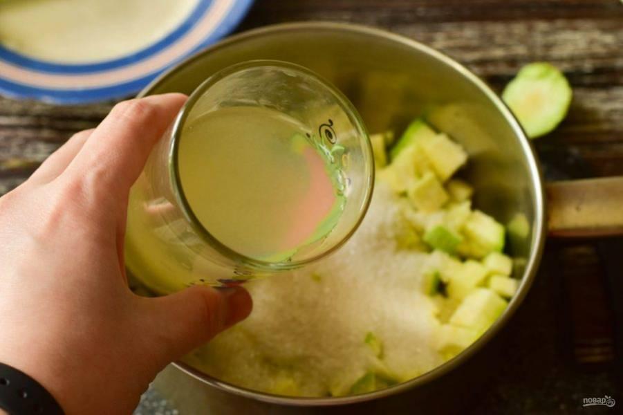 Влейте ананасовый сок.
