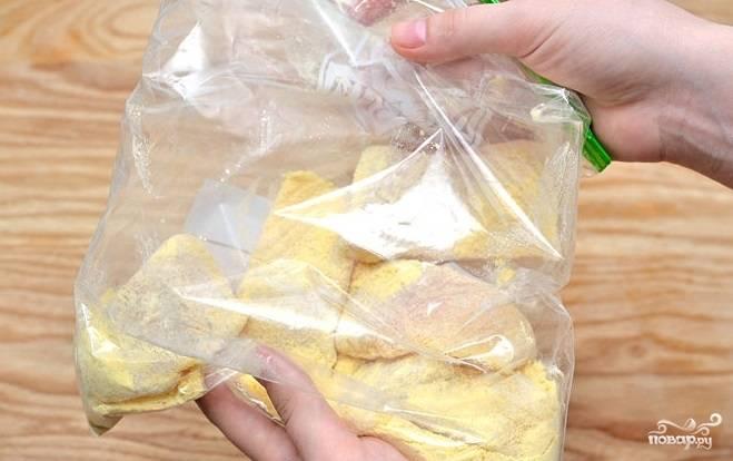 3. Кусочки пангасиуса обваляйте в муке со специями, можно просто положить в мешок к смеси и потрясти.