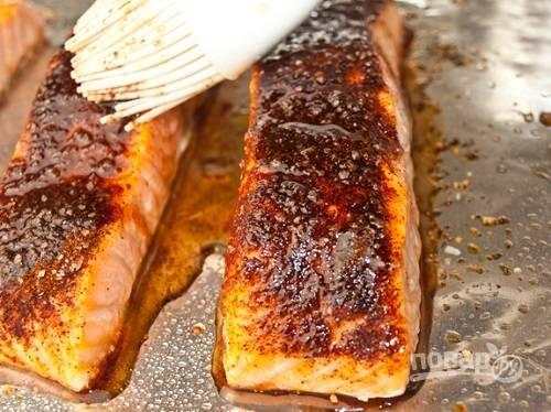 Запекаем в разогретой до 200 градусов духовке минут 10-15, затем смазываем рыбу соусом и запекаем еще пару минут.