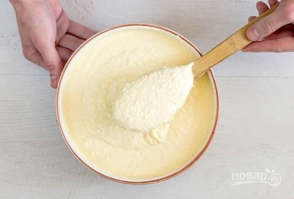 1. Творог протрите через сито и соедините с яйцами. Добавьте сахар и немного сметаны, взбейте до однородности. Всыпьте просеянную муку и разрыхлитель. По необходимости добавьте еще сметаны. Вот такой должна получиться творожная основа.