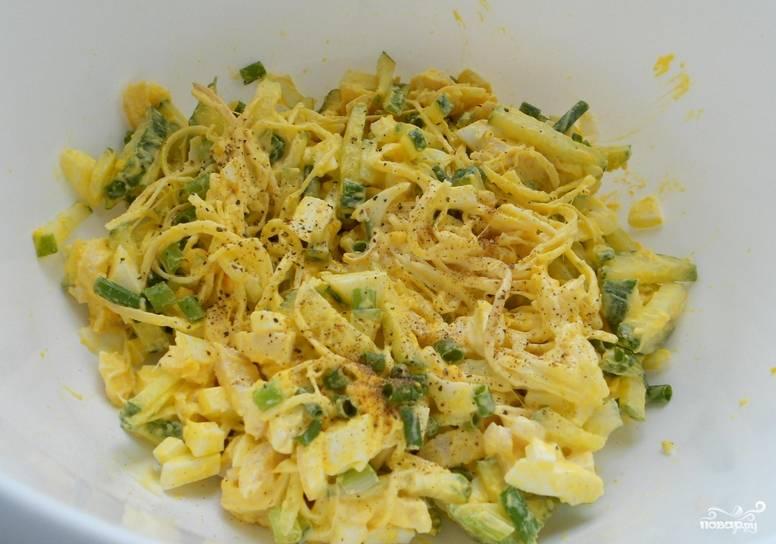 Добавьте сыр, измельченный зеленый лук, соль и перец по вкусу. Заправьте салат майонезом и тщательно перемешайте.
