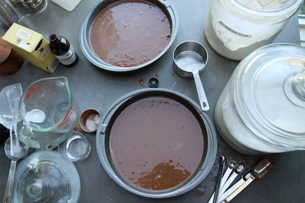 2. Дальше нам нужно подготовить 2 формы для запекания, предварительно смазав их небольшим количеством масла. Разделим тесто пополам и выльем в формы. Отправим в духовку примерно на 30 минут. В данном случае рецепт приготовления клубнично-шоколадного торта рассчитан на 2 коржа, но можно сделать и больше (тогда коржи будут тоньше и выпекаться будут быстрее).