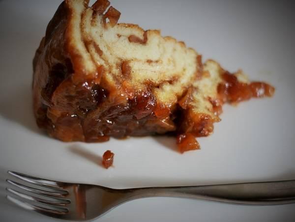 15. Вот и весь рассказ о том, как сделать сладкий пирог из дрожжевого теста. Аккуратно нарезать его порционными кусочками и можно подавать к столу.