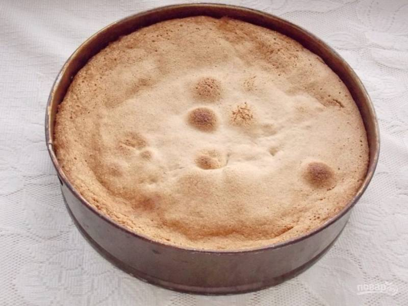 7. Отправьте пирог в разогретую до 180 градусов духовку на 35 минут.