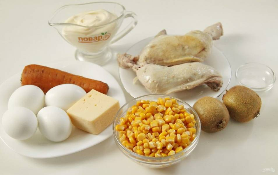 Подготовьте заранее все ингредиенты. Курицу заранее отварите в подсоленной воде. Отварите до готовности морковь, яйца сварите вкрутую.