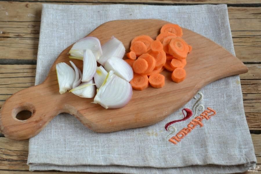 """Лук и морковь порежьте на крупные кусочки и отправьте в чашу мультиварки. Залейте водой примерно на 2/3 чаши. Включите режим """"Суп"""" на 1 час."""