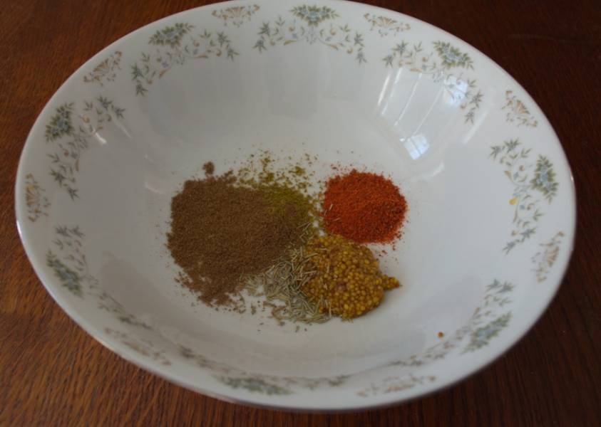 В миску закладываем сушеные травы и специи.