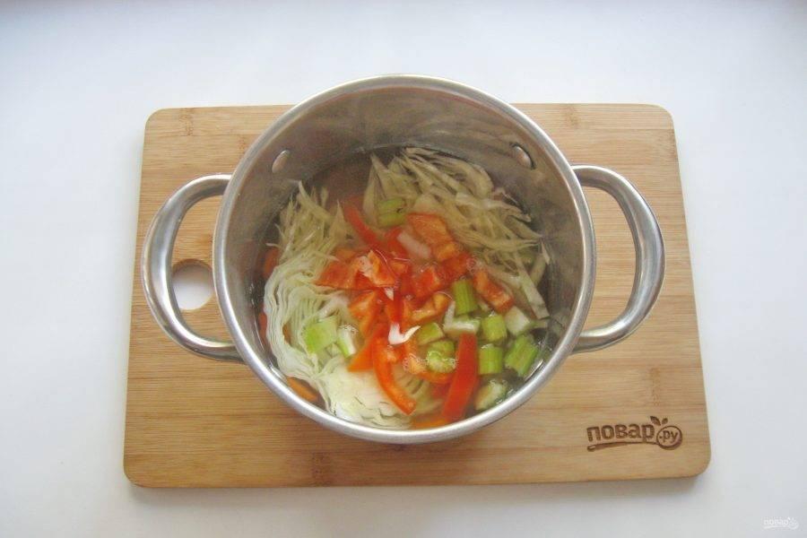 5. На следующем этапе добавьте в кастрюлю болгарский перец и помидоры. Варите суп еще 10 минут.