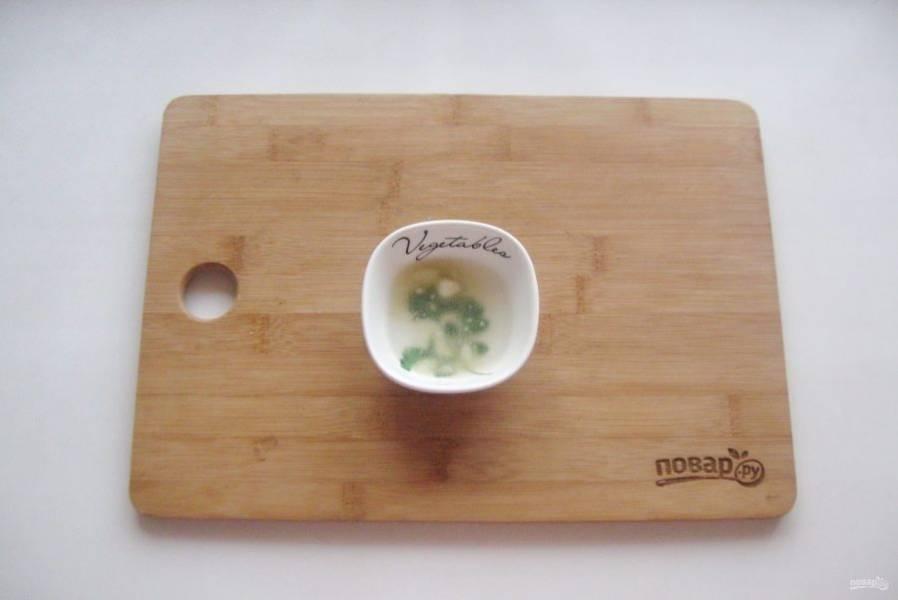 Желатин залейте двумя столовыми ложками воды комнатной температуры.