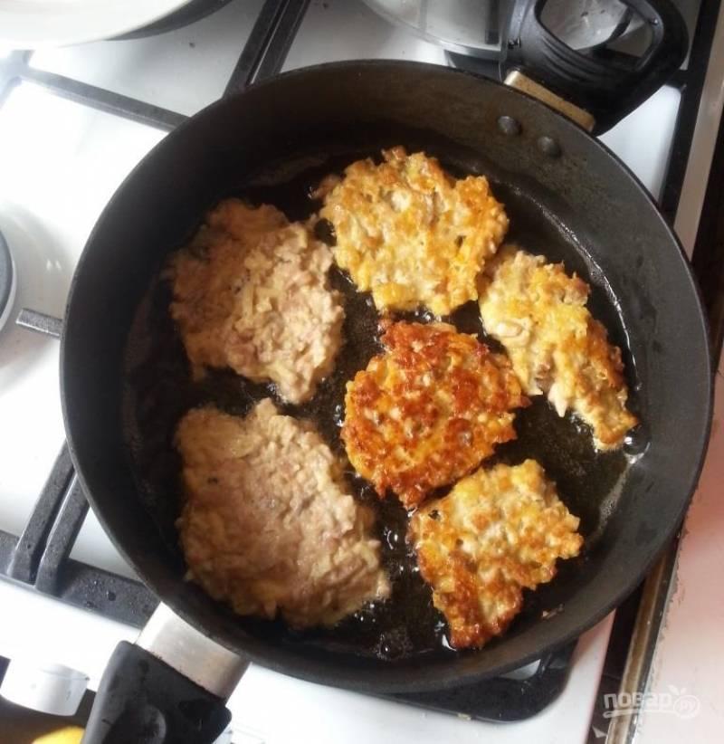 Перед жаркой добавьте натертый на крупной терке сыр и сливки, а также крахмал, перемешайте. Дайте постоять минут 10.  Разогрейте на сковороде растительное масло, обжаривайте на нём биточки с двух сторон. Так как фарш не слишком густой, то биточки лучше формировать ложкой, а не руками.