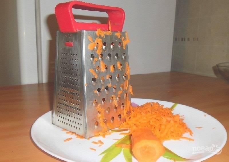 1.Морковь использую сырую. Чищу ее и мою, затем измельчаю на крупной терке.