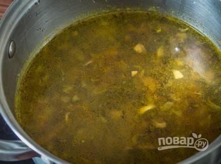 Перекладываем содержимое сковороды в кастрюлю к готовому картофелю и проварим еще минуты 2-3.