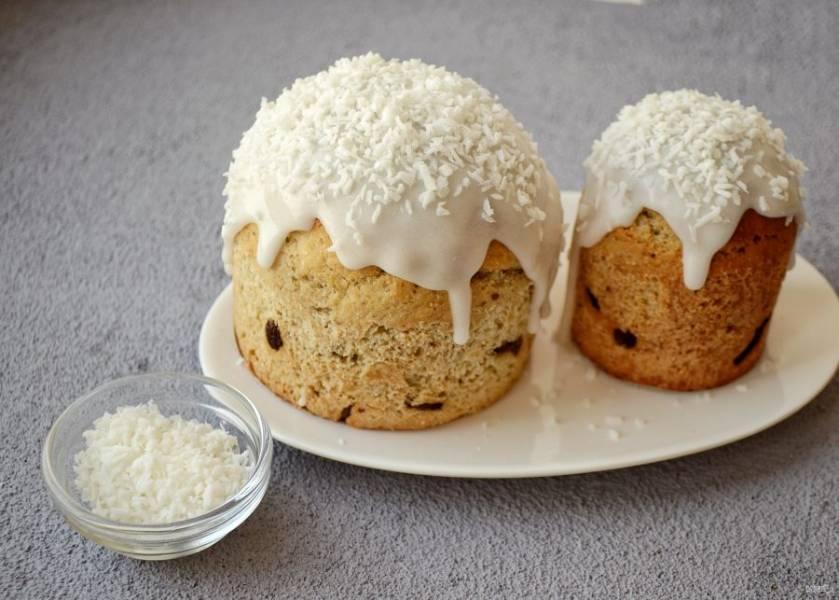Разведите глазурь с кокосовым молоком, намажьте куличи. Сверху присыпьте кокосовой стружкой.