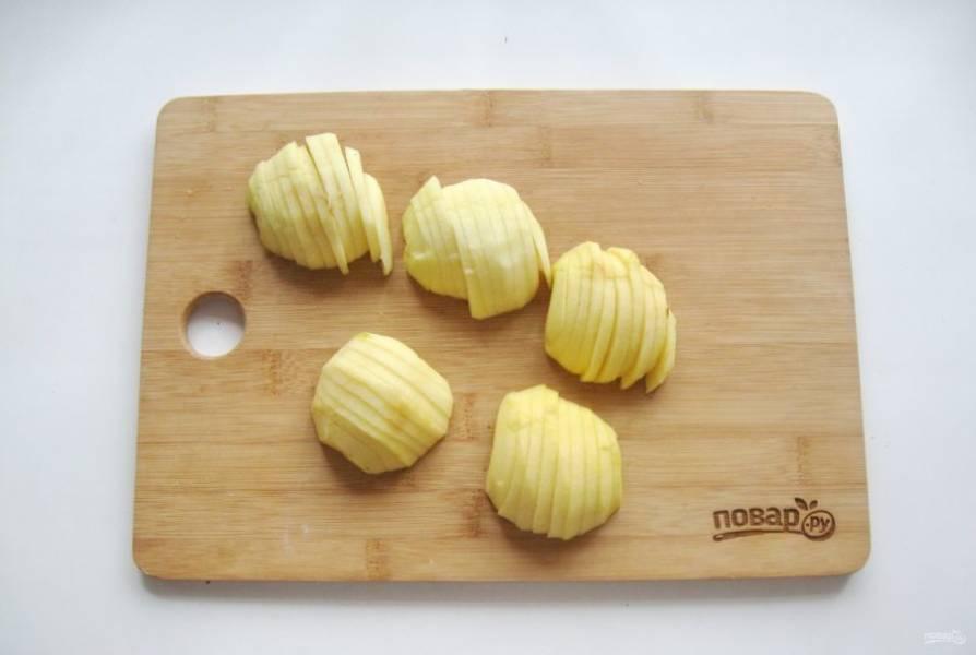 Яблоки помойте, очистите, удалите семена и нарежьте дольками.