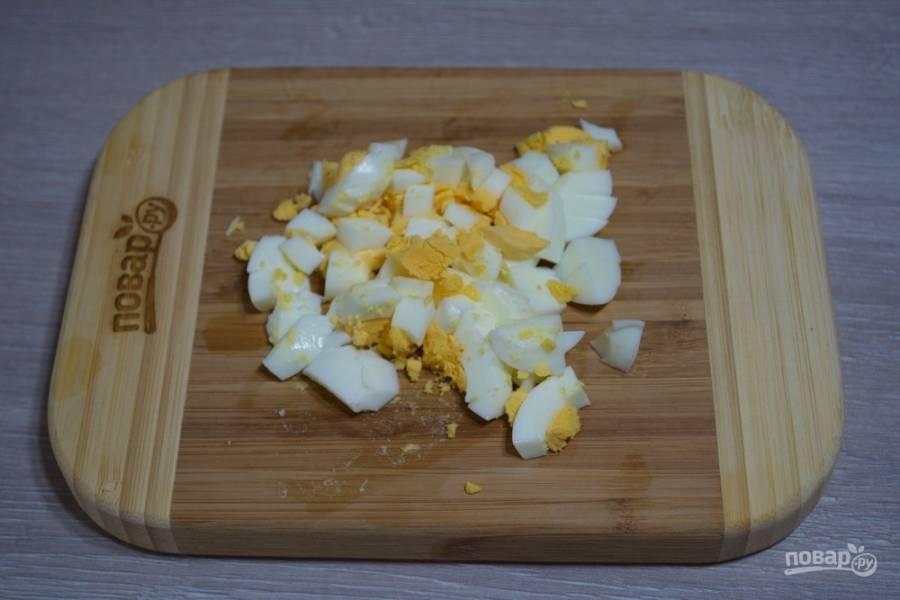 Отварите куриный яйца. Нарежьте произвольно.