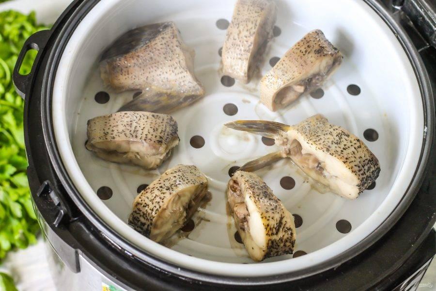 Как только мультиварка подаст вам звуковой сигнал - блюдо будет готово. Аккуратно откройте крышку техники, чтобы не обжечься горячим паром. Извлеките чашу с рыбной нарезкой на тарелку.