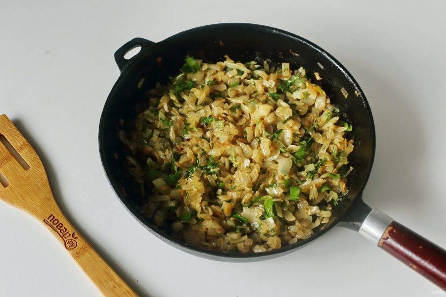 Для начинки лук нарежьте кубиками и обжарьте до готовности на сковороде. В конце добавьте любую рубленую зелень, соль по вкусу и специи.