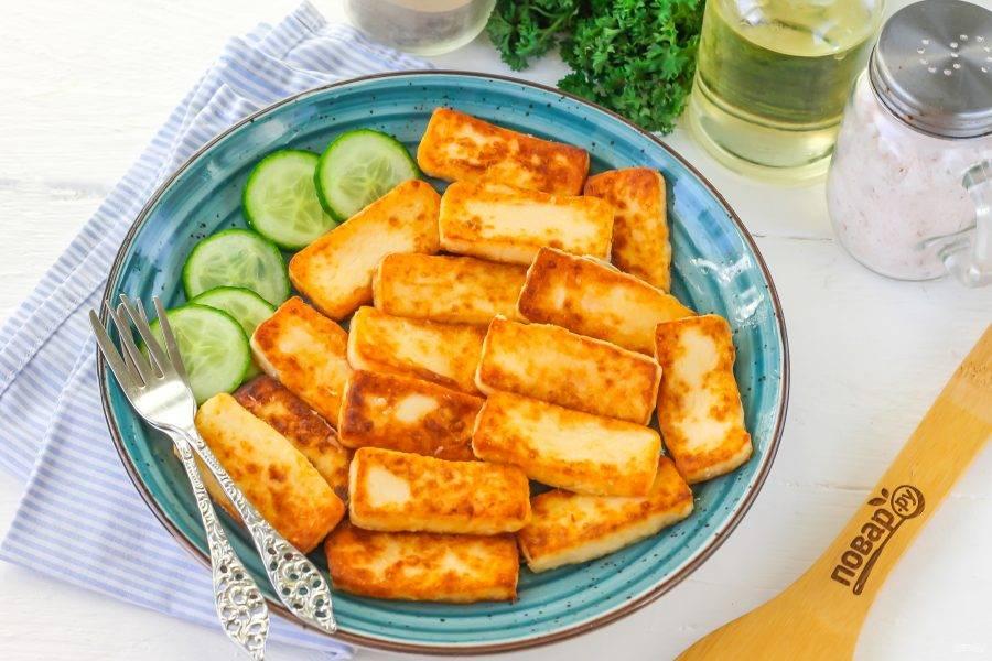 Выложите жареный плавленый сыр на тарелку, подайте к столу горячим с овощной нарезкой, кашей, макаронами и т.д. Не забудьте про чашечку ароматного чая, если готовили блюдо на завтрак.
