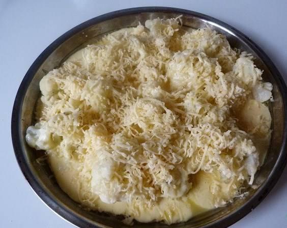 Сверху посыпаем тертым сыром. Он даст красивую и аппетитную румяную корочку.