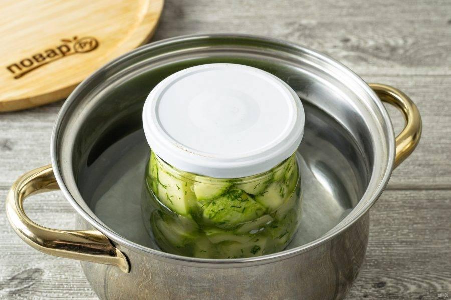 Прикройте банку крышкой. Стерилизуйте в горячей воде 25-30 минут после закипания.