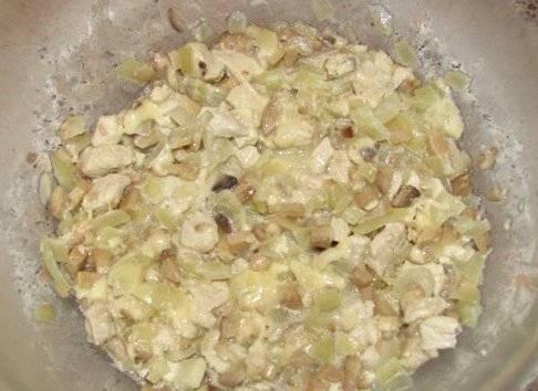 Перекладываем готовую начинку в миску, добавляем в нее часть тертого сыра, солим и перчим по вкусу.