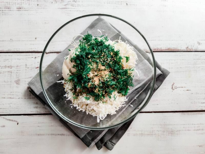 К сыру добавьте мелко нарезанную зелень, соль, чеснок и хорошо перемешайте.