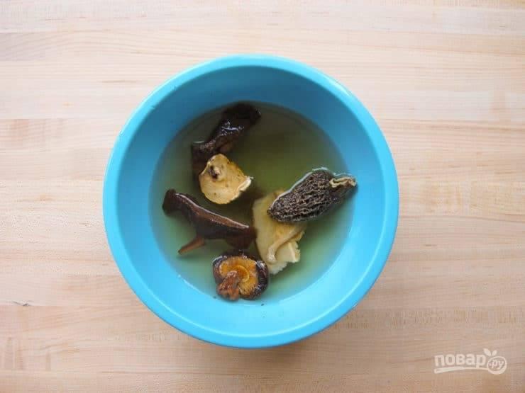 3. В это время залейте сушёные грибы горячей водой на 20 минут.
