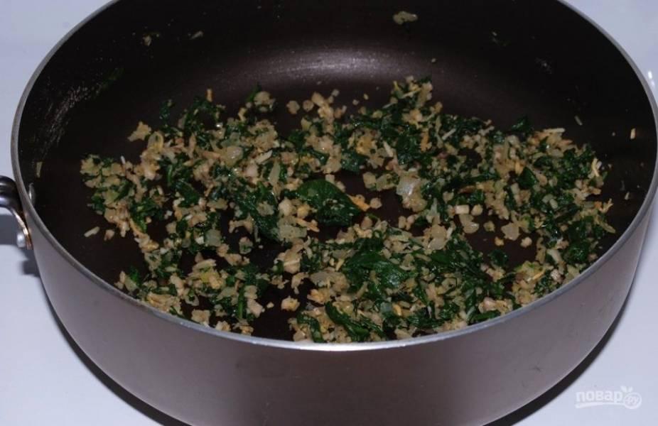 2. Грибные ножки, шпинат, лук и чеснок мелко нарежьте, обжарьте все на сковороде раскаленной сковороде до золотистого цвета, затем протушите на среднем огне 5 минут.