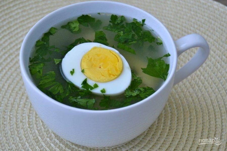 6.Используйте бульон для других блюд или подавайте со свежей зеленью и отварными яйцами.
