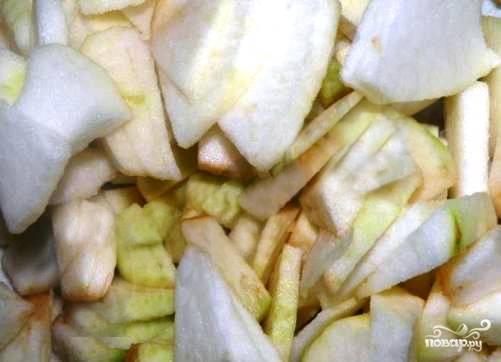 Яблоки тоже надо помыть, очистить от кожуры и семян и нарезать небольшими ломтиками.