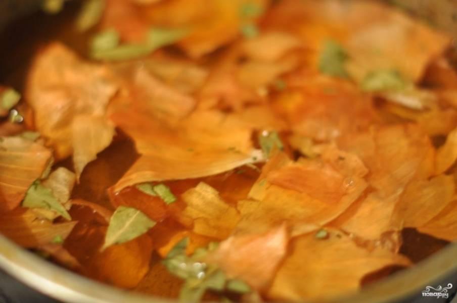 Приготовьте маринад: в глубокую посуду (из-за жидкого дыма будет посуда краситься, поэтому возьмите ту, что не жалко) налейте воду, добавьте сахар, соль, заварку чайную, луковую шелуху и пряности. Поставьте на огонь и прокипятите минут 5.