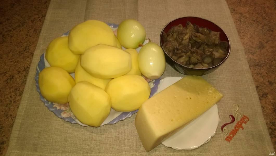 1. Подготовьте ингредиенты. Картофель и лук почистите. Грибы, если надо, отварите.