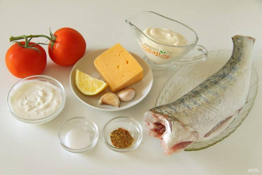 Подготовьте все ингредиенты. Рыбу очистите, выпотрошите, отрежьте голову, хвост, срежьте плавники и промойте.