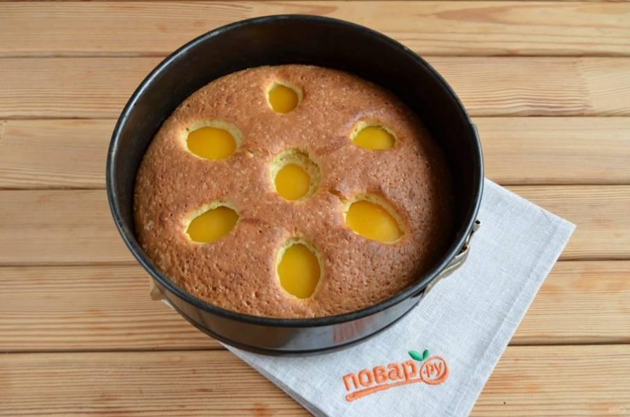 10. Время приготовления пирога может меняться, в зависимости от духовки. Проверьте спичкой на готовность. Остудите пирог и перед подачей посыпьте сахарной пудрой. Приятного!