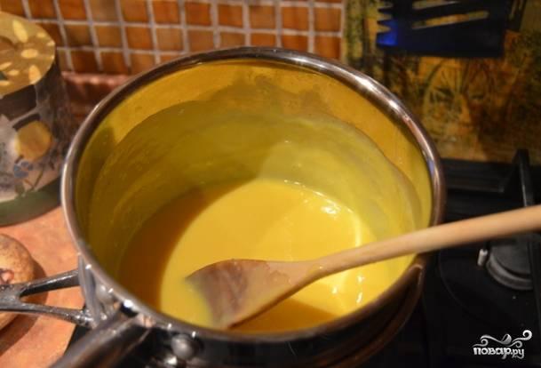 2.Достаньте бисквит, положите на решетку охлаждаться и настояться на 1 час. Приступите к приготовлению крема. Положите в воду желтки, влейте сгущенного молока, сливочное масло и ванилин, размешайте. Варите на водяной бане до консистенции сметаны. Остудите. Понемногу вводите масло и взбивайте.
