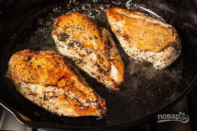Выложите поджаренную грудку на противень и  готовьте ее при 160 градусах еще примерно 5 минут.