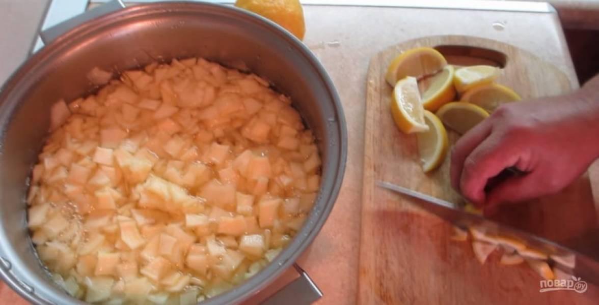 Сахар растворился. Нарежьте лимоны со шкуркой и добавьте к кабачкам.