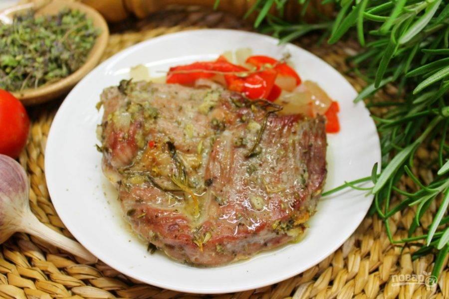 Готовое мясо подаем горячим вместе с запеченными овощами. Приятного аппетита!